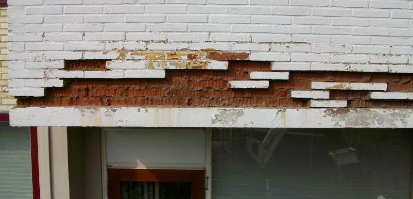 Foto van de voorkant van een balkon voordat het gerepareerd werd