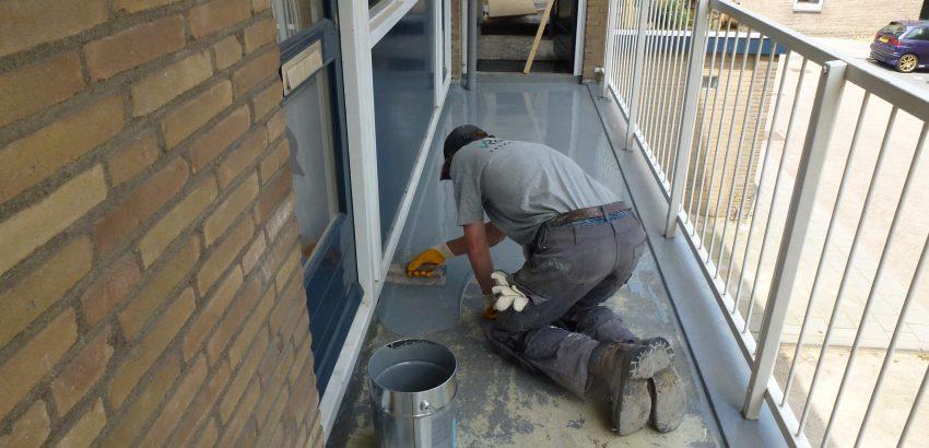 Personeel van Van Roemburg Totaal Onderhoud bezig met het coaten
