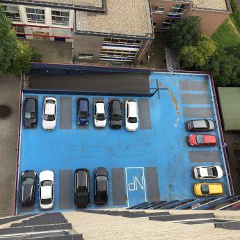 Voor foto van de parkeergarage