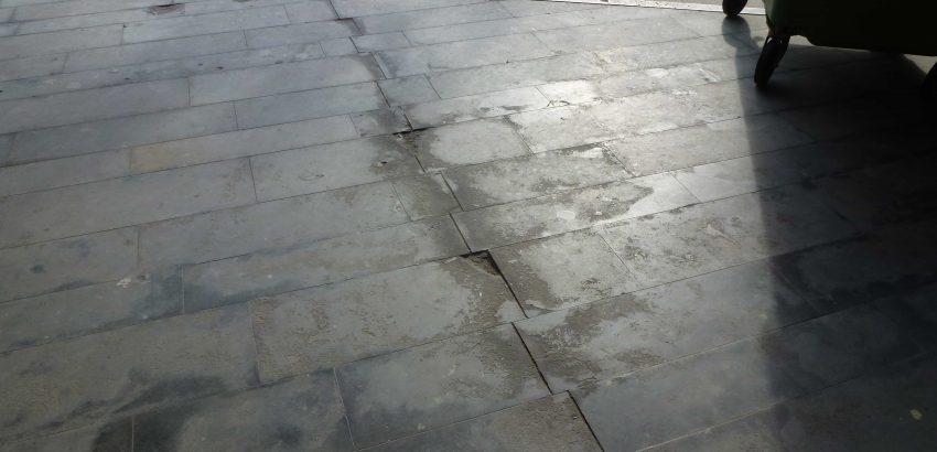 Gebroken tegels. Foto van de entree voor renovatie