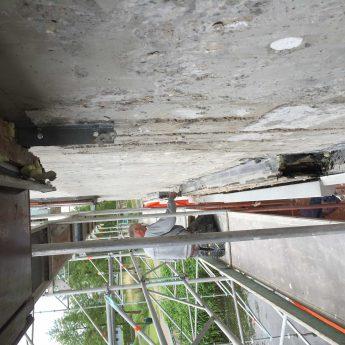Close up foto van de gevel zonder isolatie - personeel van Van Roemburg Totaal Onderhoud hersteld diverse plekken