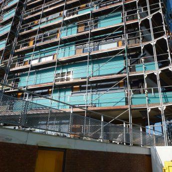 Appartementencomplex rondom in de steigers waar de glasplaten werden vervangen voor nieuwe