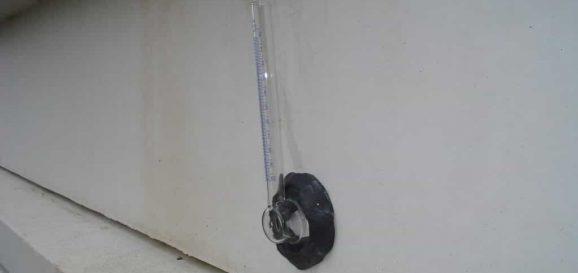 Bouwkundige inspectie om te zien of vocht in de muur trekt