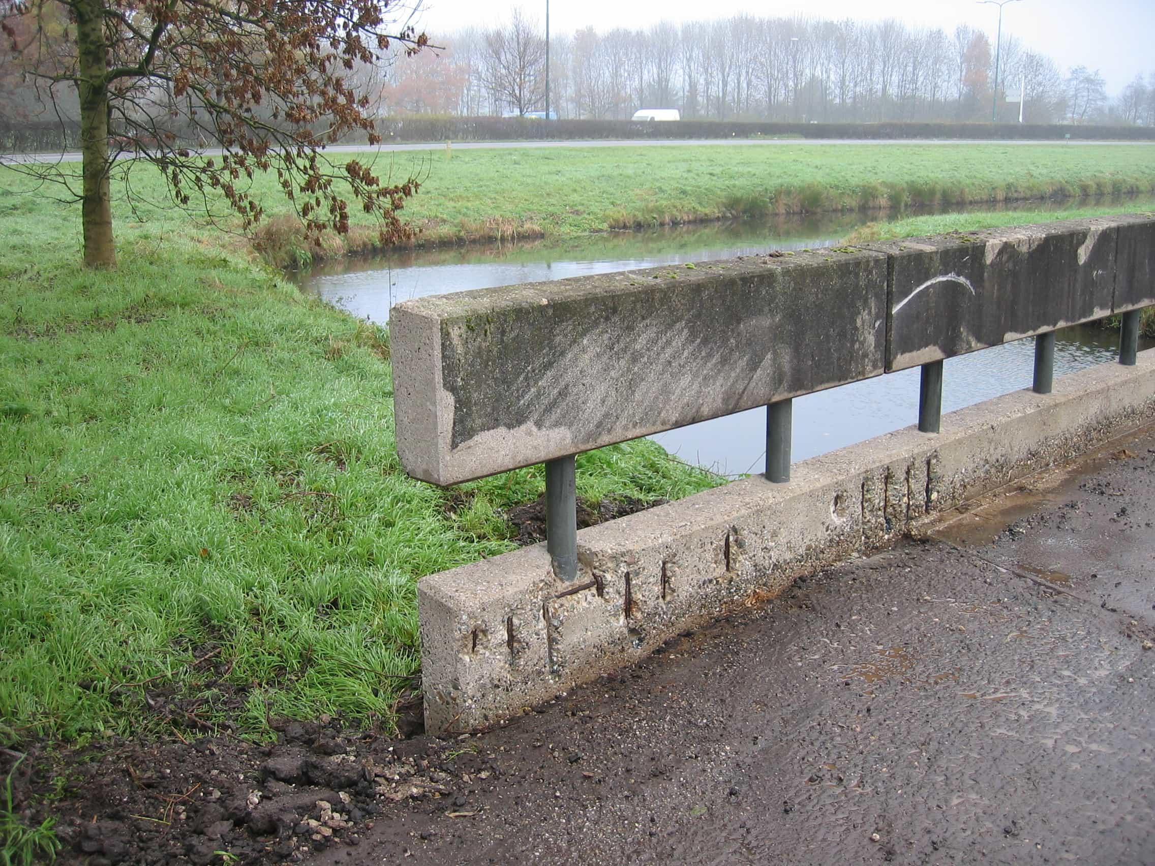 Voor situatie van het beton van de brug